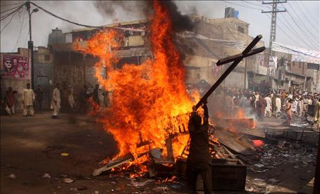 Pakistan Riot burning Christian homes