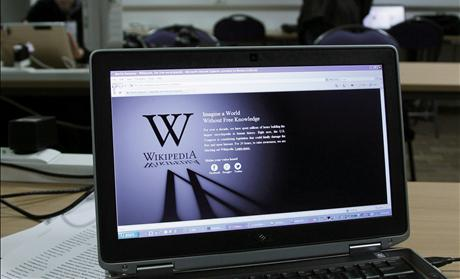 A reporter's laptop shows the Wikipedia blacked out over SOPA and PIPA