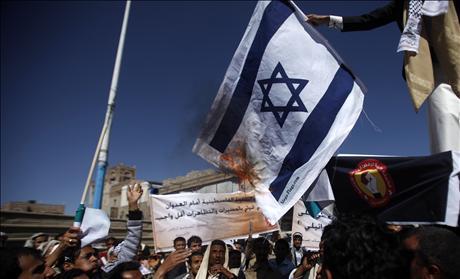 Palestinian protesters burn Israeli flag