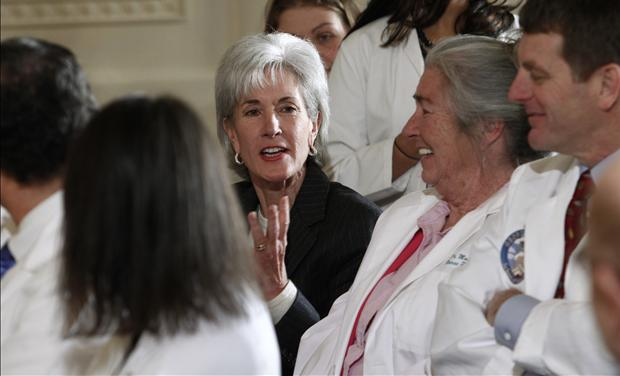 U.S. Health and Human Services Secretary Sebelius talks with medical professionals before U.S. President Barack Obama&#39;s speech on healthcare reform in Washington 