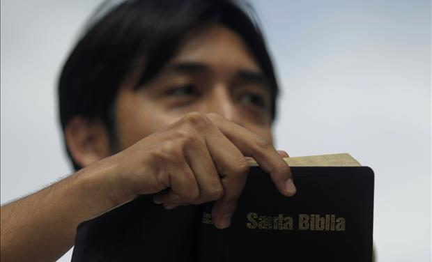 A protester reads from the Bible during a demonstration against Palestinians&#39; U.N. bid for statehood, in Guatemala City 