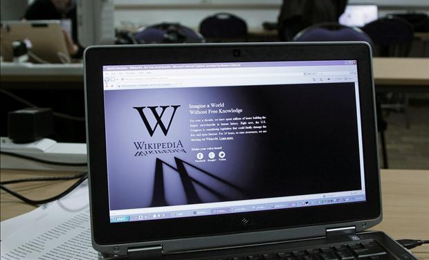 A reporter&#39;s laptop shows the Wikipedia blacked out over SOPA and PIPA
